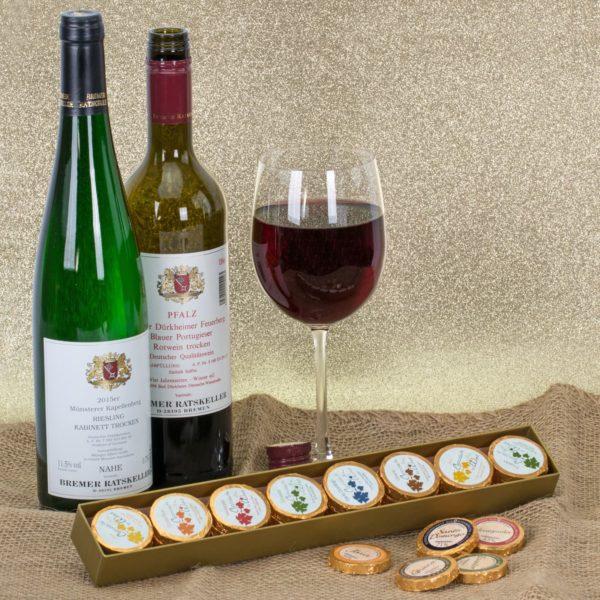 Präsentbox mit Schokolade und Wein