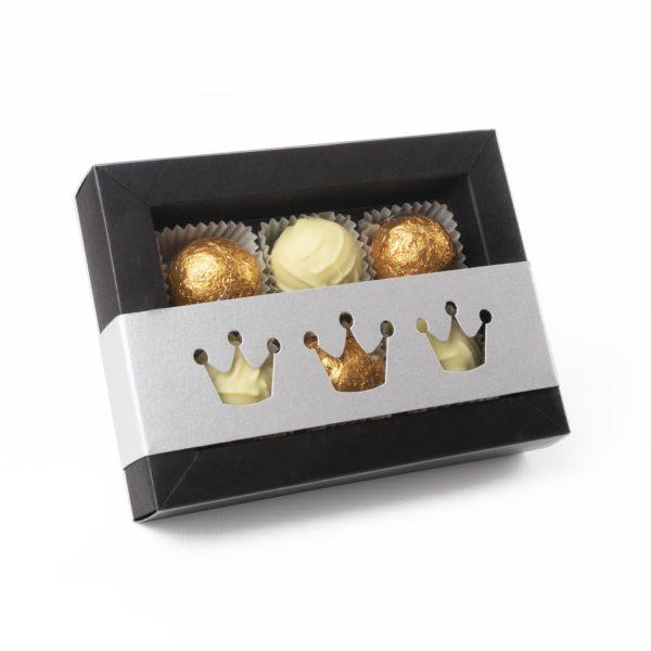 Elegante Trüffelbox mit silbernem Schuber befüllt mit feinsten Marc de Champagne Trüffeln.