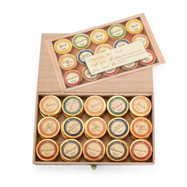 Holzkiste mit 45 Golddublonen