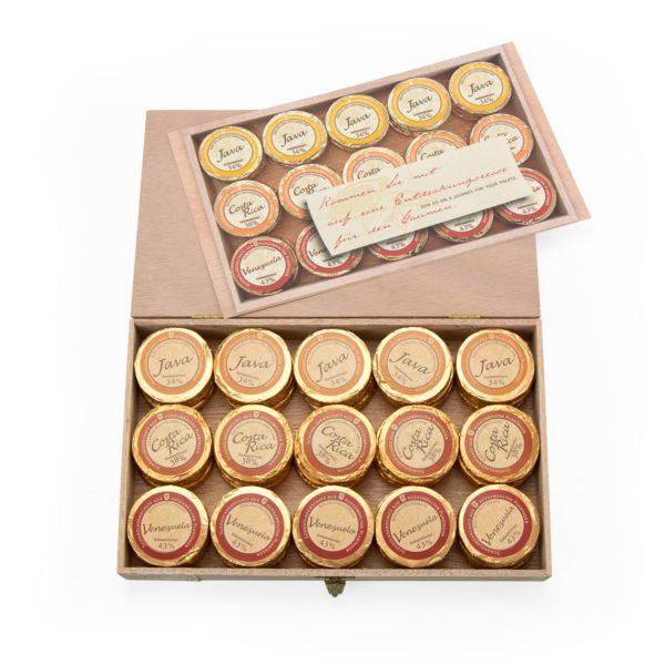 Holzkiste mit 45 Golddublonen in 3 Vollmilch Sorten